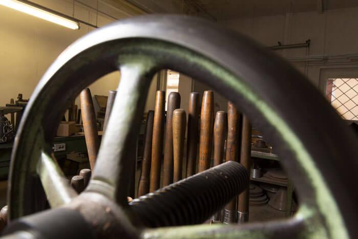 Gürtlerhandwerk in Präzision // Leuchten Manufactur Wurzen